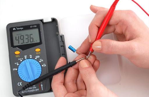 Comment brancher un voltmètre?