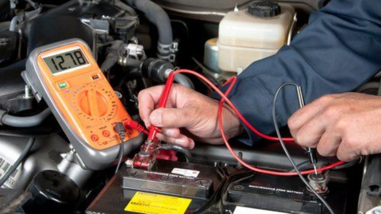Comment tester une batterie de voiture avec un voltmètre?